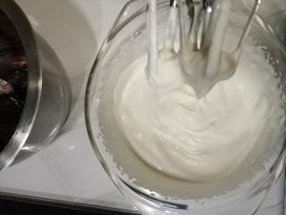 家庭低油版脏脏包免开酥,含快手好吃的巧克力酱做法,晾的时候打发c中奶油。