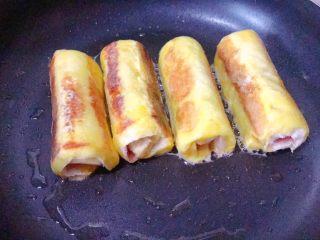 香蕉吐司卷,不断翻转,使每一面都煎至金黄