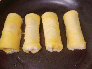 香蕉吐司卷,吐司卷放平底锅里煎,中小火