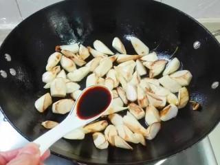 鲜鲜脆脆青葱炒篙瓜,放入适量生抽