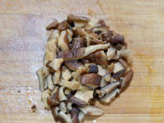 卡通小熊豆腐糯米包便当,香菇放水中泡发。泡发好,沥干水份切成丁。