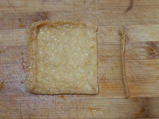 卡通小熊豆腐糯米包便当,取一个日式豆腐包。将其中一个边缘切开。