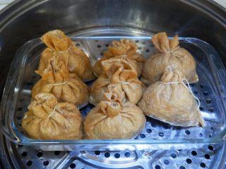 卡通小熊豆腐糯米包便当,放在盘子上,放入蒸锅,大火烧开水转中火50分钟左右即可。