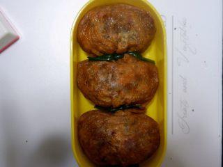 卡通小熊豆腐糯米包便当,蒸好的豆腐包,放入便当盒。