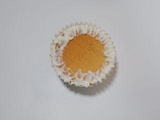 卡通狮子麦芬蛋糕,用抹刀像内圈抹开一点。