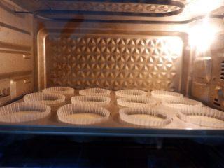 卡通狮子麦芬蛋糕,预热好的烤箱,上下火160度。烘烤25-30分钟!