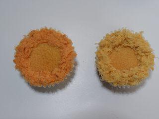 卡通狮子麦芬蛋糕,取适量肉松粘好即可 左边是猪肉松,,右边是鸡肉松。 你喜欢哪个颜色就用哪个。