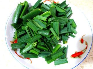 蒜苗炒腊肉,蒜苗叶单独装盘,因为下锅时间不同。