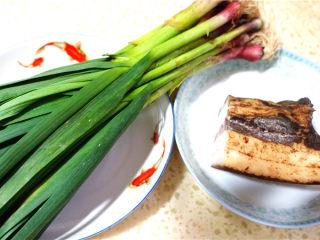 蒜苗炒腊肉,材料准备。