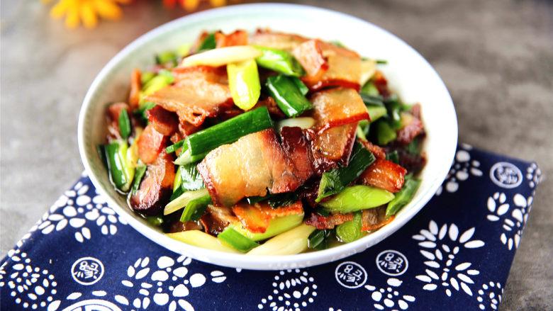 蒜苗炒腊肉,翻匀,起锅装盘。