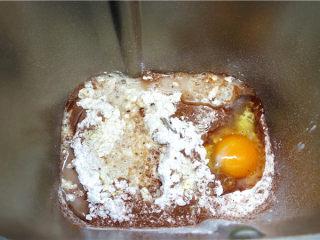 网红脏脏包,将面团中所有的材料(除黄油25克和裹入用黄油130克),放面包机里。