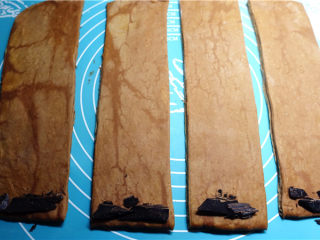 网红脏脏包,直接卷起就是不夹馅的可颂,也可以在一端放一小块黑巧克力作为夹馅.
