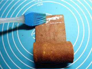 网红脏脏包,.将面片一段卷起推进,快卷到头的时候,刷一些水,随后完全卷起来。