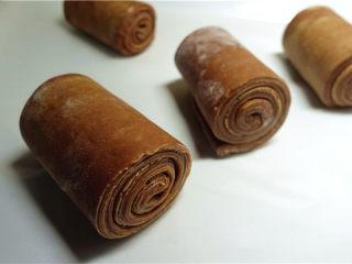 网红脏脏包,卷好的面团均匀整齐,这样发酵后才会平整。