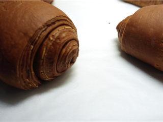 网红脏脏包,卷好的面包放在烤盘中,每个面包之间间隔一定要大一些。放在温暖潮湿的地方进行发酵,大约60分钟左右,发酵至原先的两倍大小。TIPS:可在烤箱中放一碗热水进行发酵程序,发酵温度控制在30度以内,不然面包中的黄油会融化导致失败。