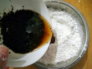 薄荷青团,在捣好的薄荷泥中加入适量热水,少量多次加入混合好的粉中(糯米粉150g,粳米粉75g,按2:1的比例混合好)。加水量要根据自己所用的糯米粉的吸水量适当的添加。