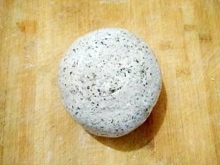 薄荷青团,和成软硬适中的面团,薄荷泥一同和入面中。(如果不是接着用就要放进保鲜袋中防干)