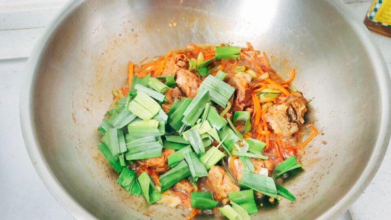 炖烧香辣排骨,蒜白变软散开后,下绿色部分,加盐,要加其他调料的话,这个时候加,我是没放别的。继续翻炒,断生后,准备装盘。把排骨和其他的辅料在锅里分开。