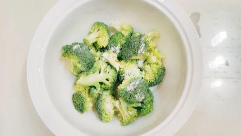 炖烧香辣排骨,把西兰花掰成一小个一小个,每个尽量一样大小。撒上盐加水泡,这样西兰花会更入味,而且颜色也好看。
