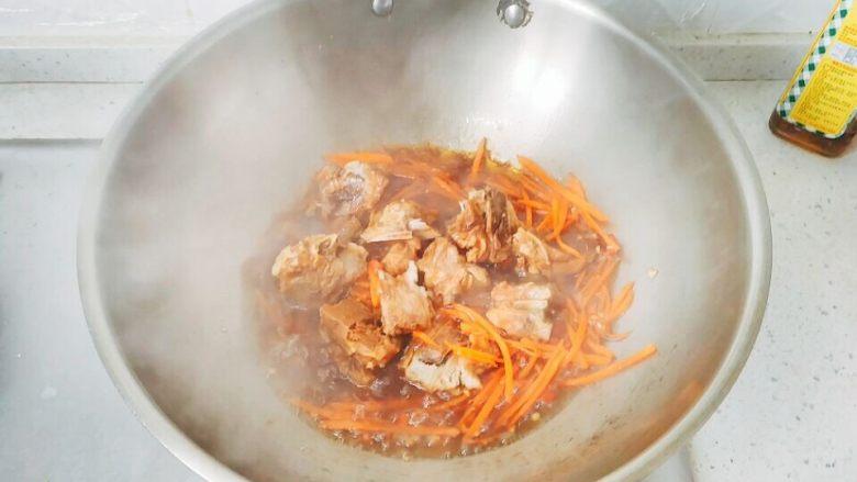 炖烧香辣排骨,胡萝卜变软后,将排骨倒进去。