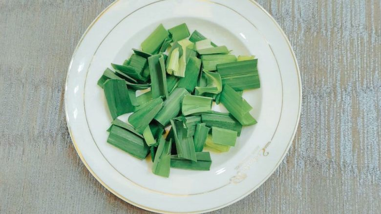 炖烧香辣排骨,上面绿色的部分切段,装盘。