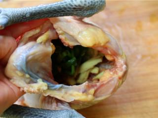 脆皮白切鸡,将葱结和部分生姜放入鸡腹中,也撒点盐