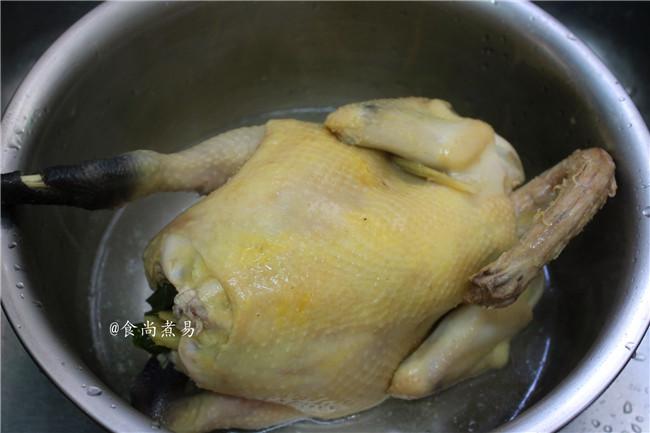 脆皮白切鸡,将鸡放在冰水里浸泡20秒,快速捞起,沥干斩块即可