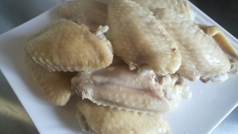 啤酒烩鸡翅,将鸡翅捞出,放在盘子里。