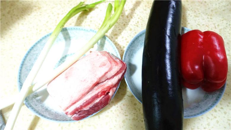 茄子甜椒烧五花肉,材料准备。