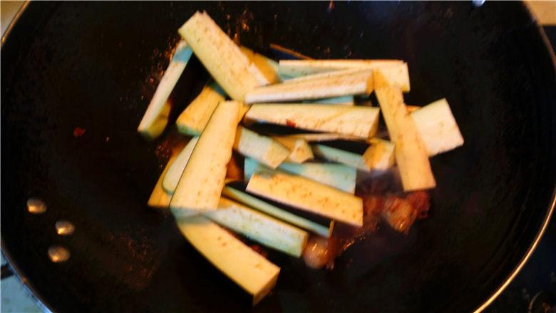 茄子甜椒烧五花肉,.将<a style='color:red;display:inline-block;' href='/shicai/ 58'>茄子</a>放入锅里,盖上锅盖。小火烧制。