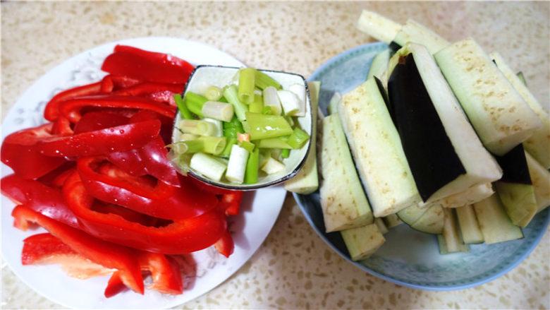 茄子甜椒烧五花肉,将蔬菜洗净,切好。