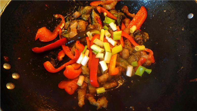 茄子甜椒烧五花肉,甜椒断生,放入适量盐味精,葱节,起锅。