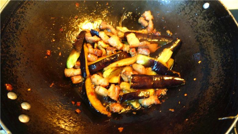 茄子甜椒烧五花肉,中途要翻锅两次。烧至茄子变蔫,出水。