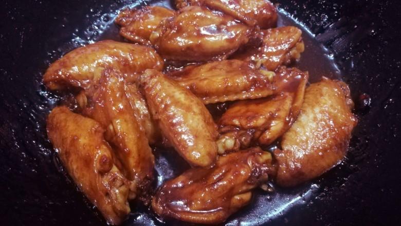 啤酒烩鸡翅,中途要翻动几次鸡翅,以免粘锅,直到将啤酒煮到粘稠,就可以出锅了。