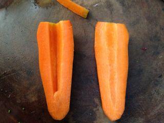 年味――宴客小炒西兰花炒虾仁, 胡萝卜去皮,对半切开,用刀消去芯的部分(目的是成菜漂亮,不介意的此步可以省略)