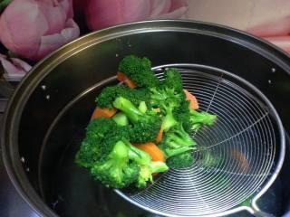 年味――宴客小炒西兰花炒虾仁,倒入西兰花和胡萝卜焯至断生捞出过冷水