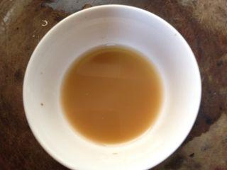 年味――宴客小炒西兰花炒虾仁,小碗内加入生抽、糖、淀粉5克和少量清水调成碗汁