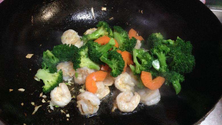 年味――宴客小炒西兰花炒虾仁, 倒入西兰花和胡萝卜快速炒匀