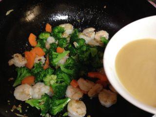 年味――宴客小炒西兰花炒虾仁,倒入碗汁翻匀