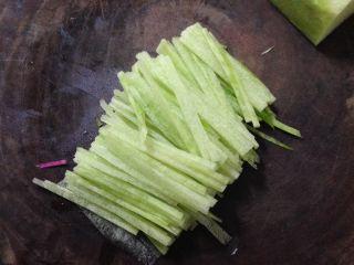春知味――炝拌三丝,撇咧切细丝
