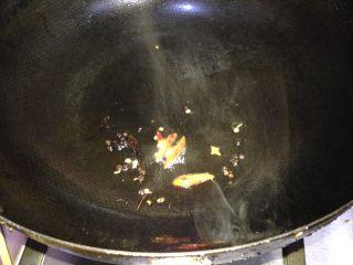 春知味――炝拌三丝,放入花椒和辣椒小火炸制