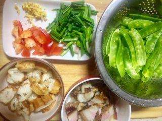 #老油条的青春#回锅油条炒腊肉,分别把荷兰豆去径洗净,蒜苗洗净切段,甜椒切小斜块,腊肉切长方块,老姜切末