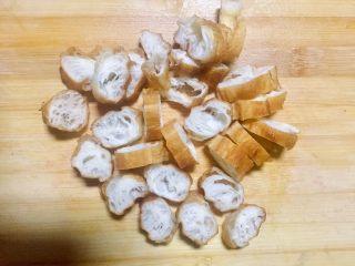 #老油条的青春#回锅油条炒腊肉,把油条切小节
