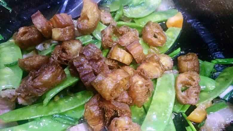 #老油条的青春#回锅油条炒腊肉,再放入炸好的油条节把腊肉和所有食材炒匀