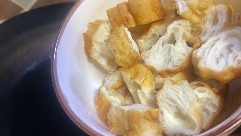 #老油条的青春#回锅油条炒腊肉,大火锅里倒入稍多些油量,把油条回锅再油炸一次