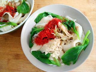 一碗看馋万人的油泼面,在上面放入葱花, 蒜末, 少许盐,鸡精 辣椒粉,花椒粉。