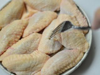 黑椒烤中翅,用叉子或牙签在表皮叉一些小孔