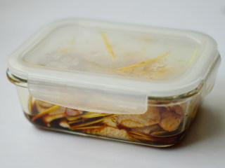 黑椒烤中翅,盖上保鲜碗盖,放入冰箱腌制3小时以上