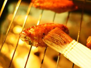 黑椒烤中翅,然后拿出刷一层蜂蜜,再考10分钟左右
