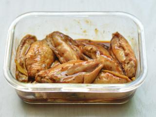 黑椒烤中翅,充分拌匀